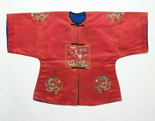 An image of Child's surcoat with third rank badge by