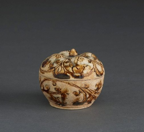 An image of Covered box with incised and glazed floral decoration and floral knob by Sawankhalok ware