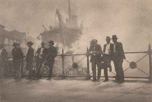 An image of Wharfies, Circular Quay by Harold Cazneaux