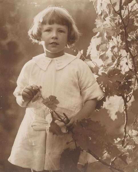 An image of Peggy (Peggy Paton) by Harold Cazneaux