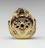 Alternate image of Netsuke in the form of two dragon heads encircling a bell by