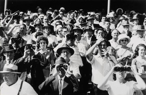 An image of Sydney horse race crowd by David Moore