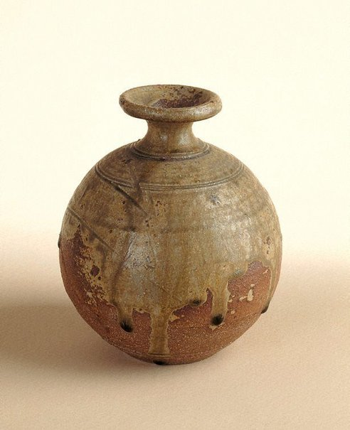 An image of Pot with ash glaze and incised decoration by SHIGA Shigeo