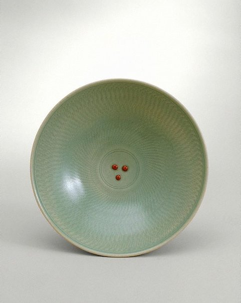 An image of Bowl with celadon glaze and chattered decoration with three red dots by SHIGA Shigeo