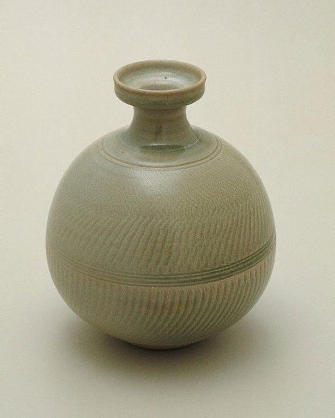 An image of Bottle with celadon glaze and chattered decoration by SHIGA Shigeo