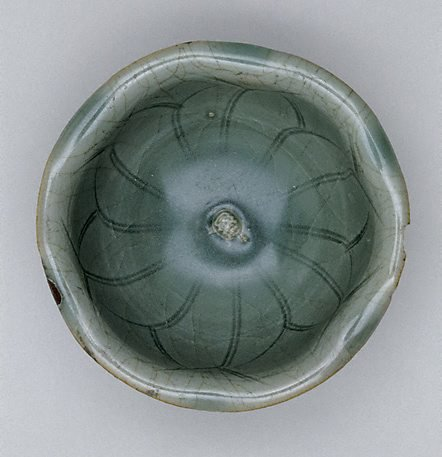 An image of Bowl in the shape of lotus leaf with foliate edge by