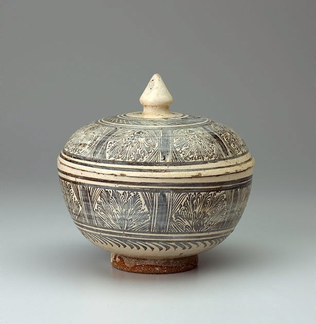 An image of A large deep covered bowl with large knop finial, painted with panels of feathery foliage