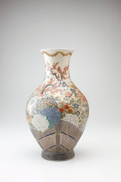 An image of Vase with design of flowers and thatced fence by HÔSAI, Satsuma ware