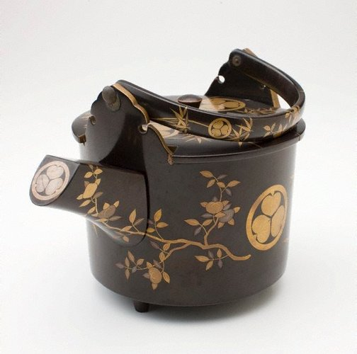 An image of Hotwater pot with Tokugawa crests by