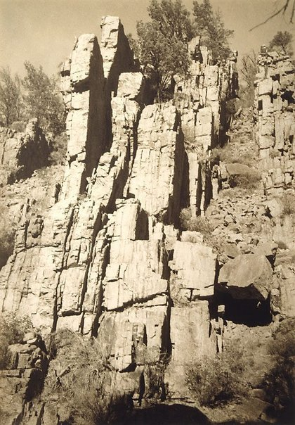 An image of Warrens Gorge, Flinders Range by Harold Cazneaux