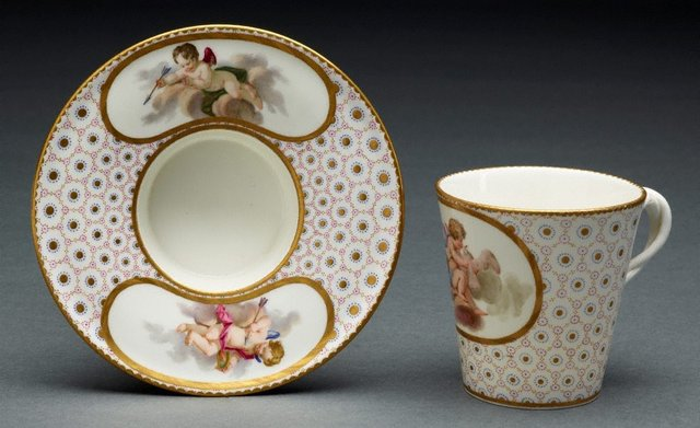 An image of Cup and socketed saucer (gobelet et soucoupe enfonce)