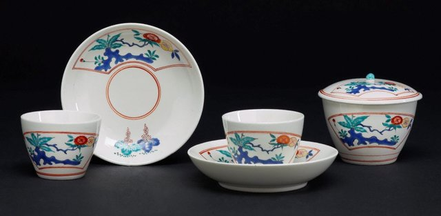 An image of Pair of tea bowls and saucers and a sugar bowl and cover